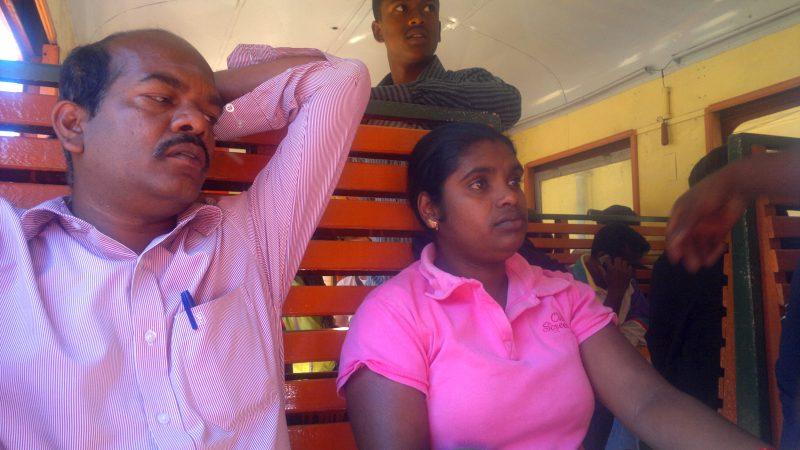 Un uomo e una donna seduti di fianco su un treno