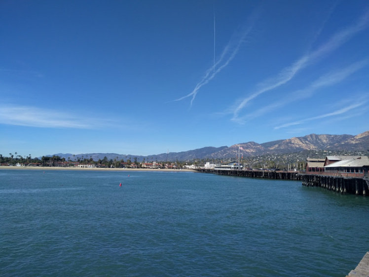 scie tra il blu del cielo e dell'oceano