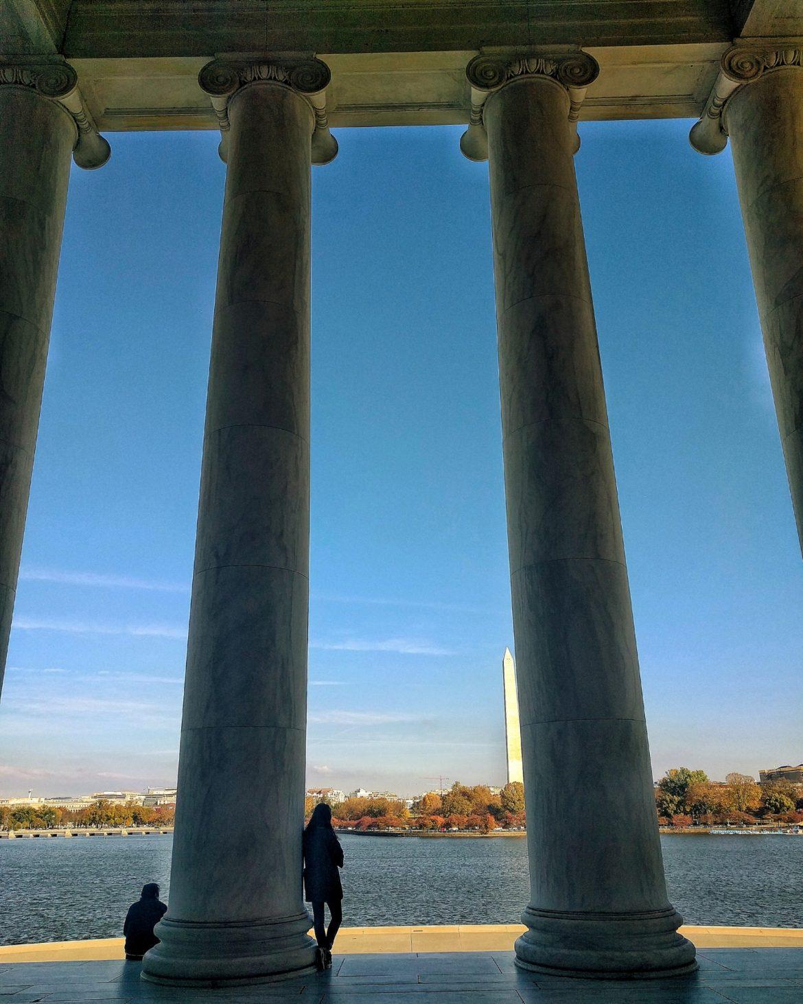 osservando il lago tra le colonne