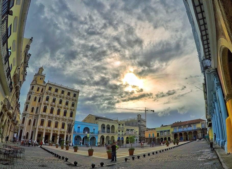 palazzi affacciati sulla piazza vecchia di Havana