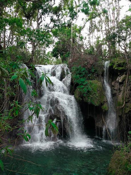 incantevole cascata immersa nel verde