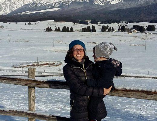 mamma e bimbo sulla neve