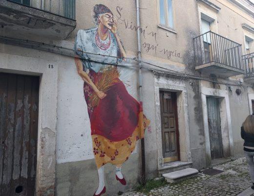murales di donna in un borgo fantasma
