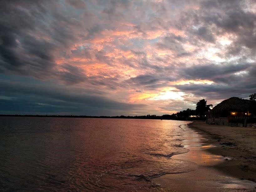 tramonto rosa riflesso nel mare