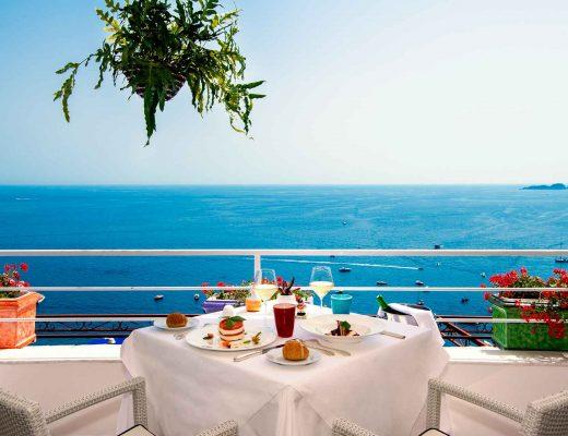 cosa fare a Positano: mangiare in uno dei ristoranti vista mare a Positano