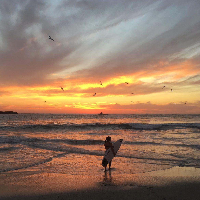 il magico tramonto australiano di una surfista