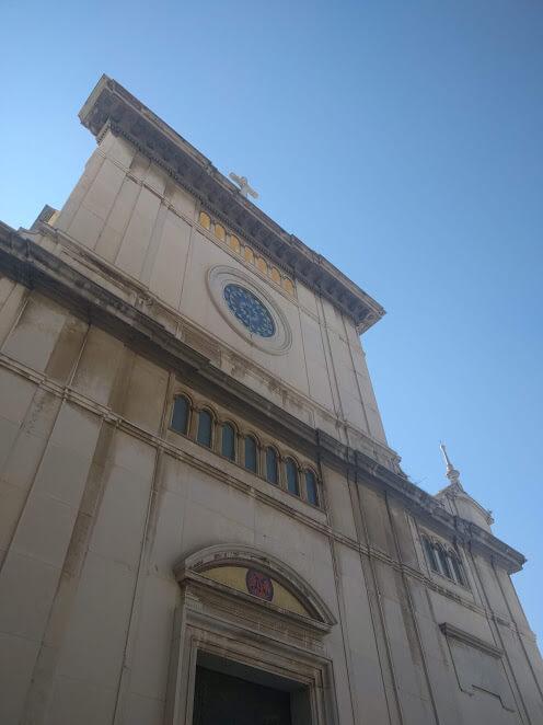 una Chiesa che si staglia nel cielo