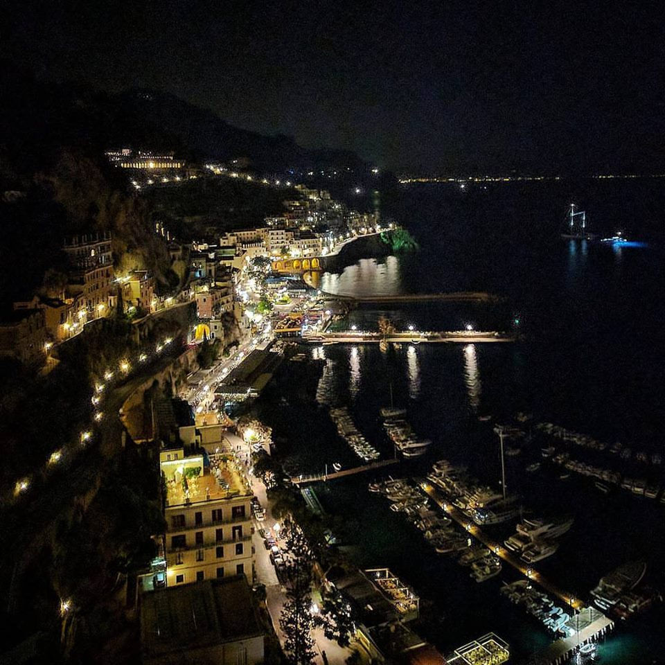 atmosfera romantica di Amalfi in notturna