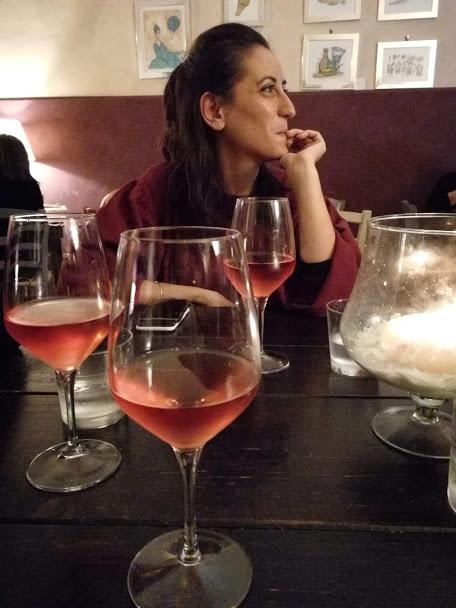 Locali a Foggia: da Anime Brille circondata da bicchieri di vino rosè