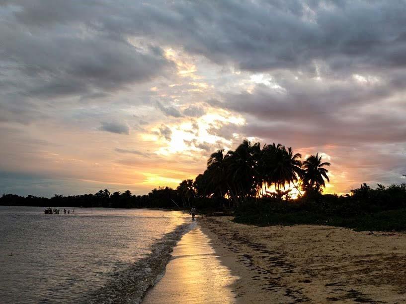 magica atmosfera del tramonto in spiaggia