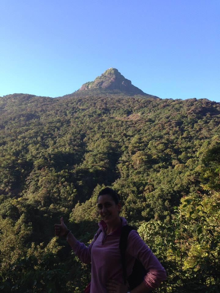 ai piedi della montagna sacra dello Sri Lanka
