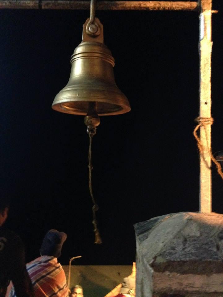 campana in cima al monte sacro in Sri Lanka