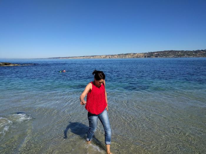 passeggiata nelle fredde acque dell'Oceano pacifico