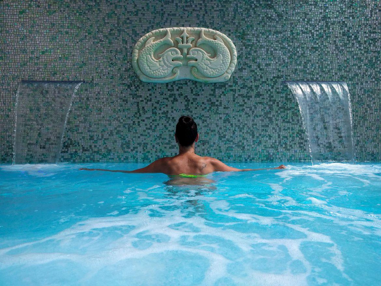 piscina con cascate rilassanti