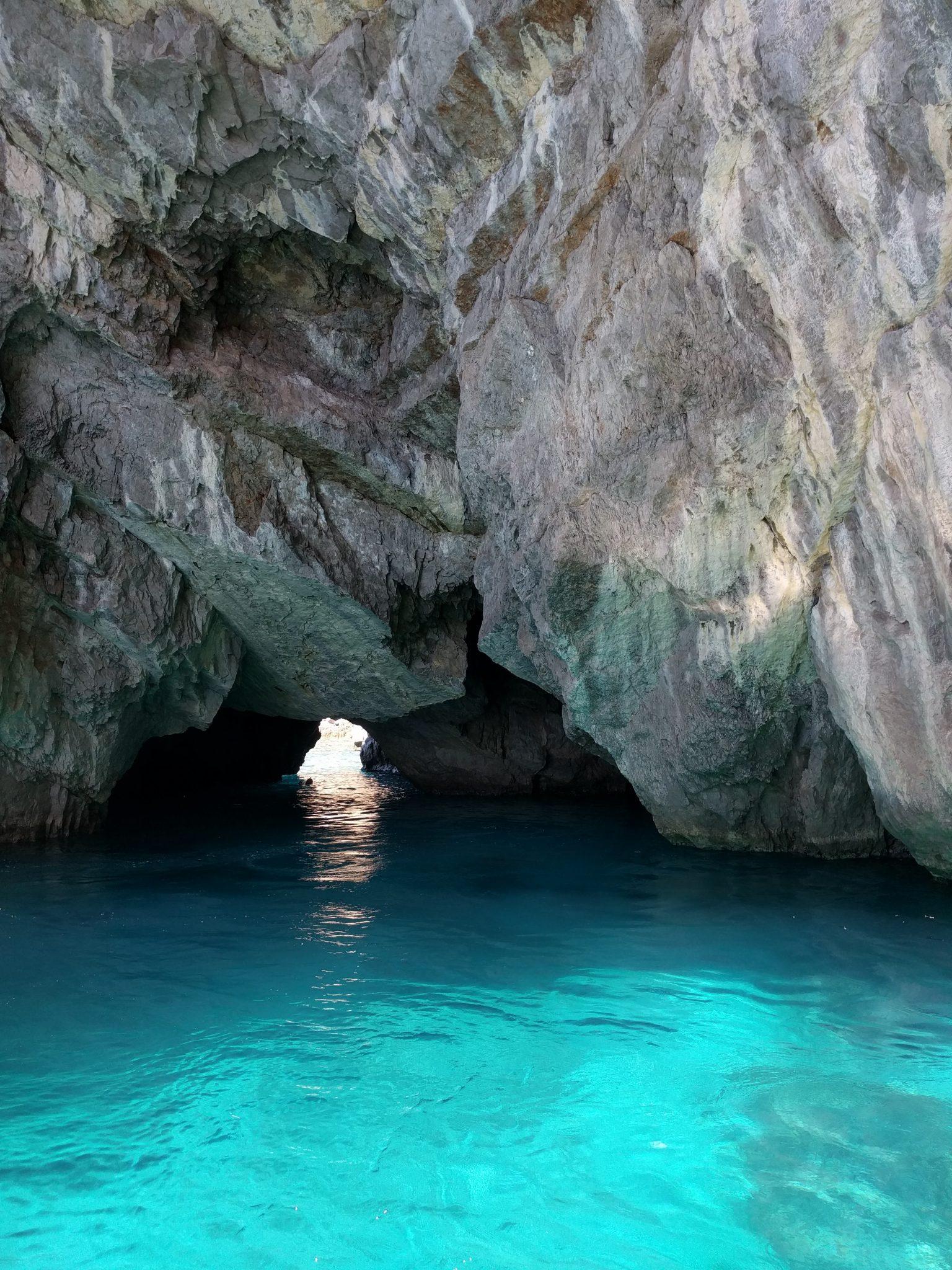 Cpari in un giorno: muoversi in barca e visitare la grotta verde