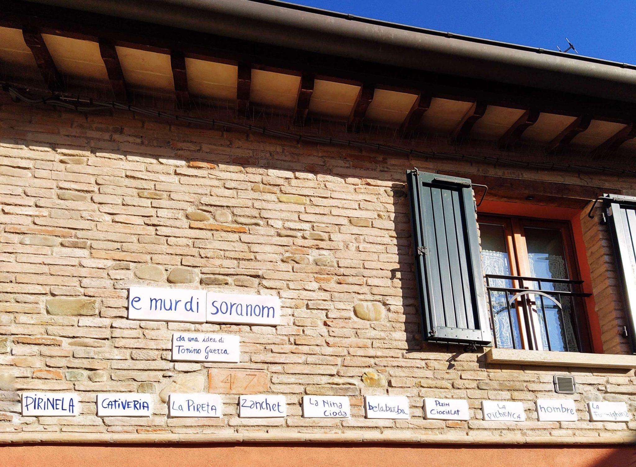 Mattonelle in ceramica con i soprannomi delle persone di Borgo San Giuliano nell'opera di Tonino Guerra