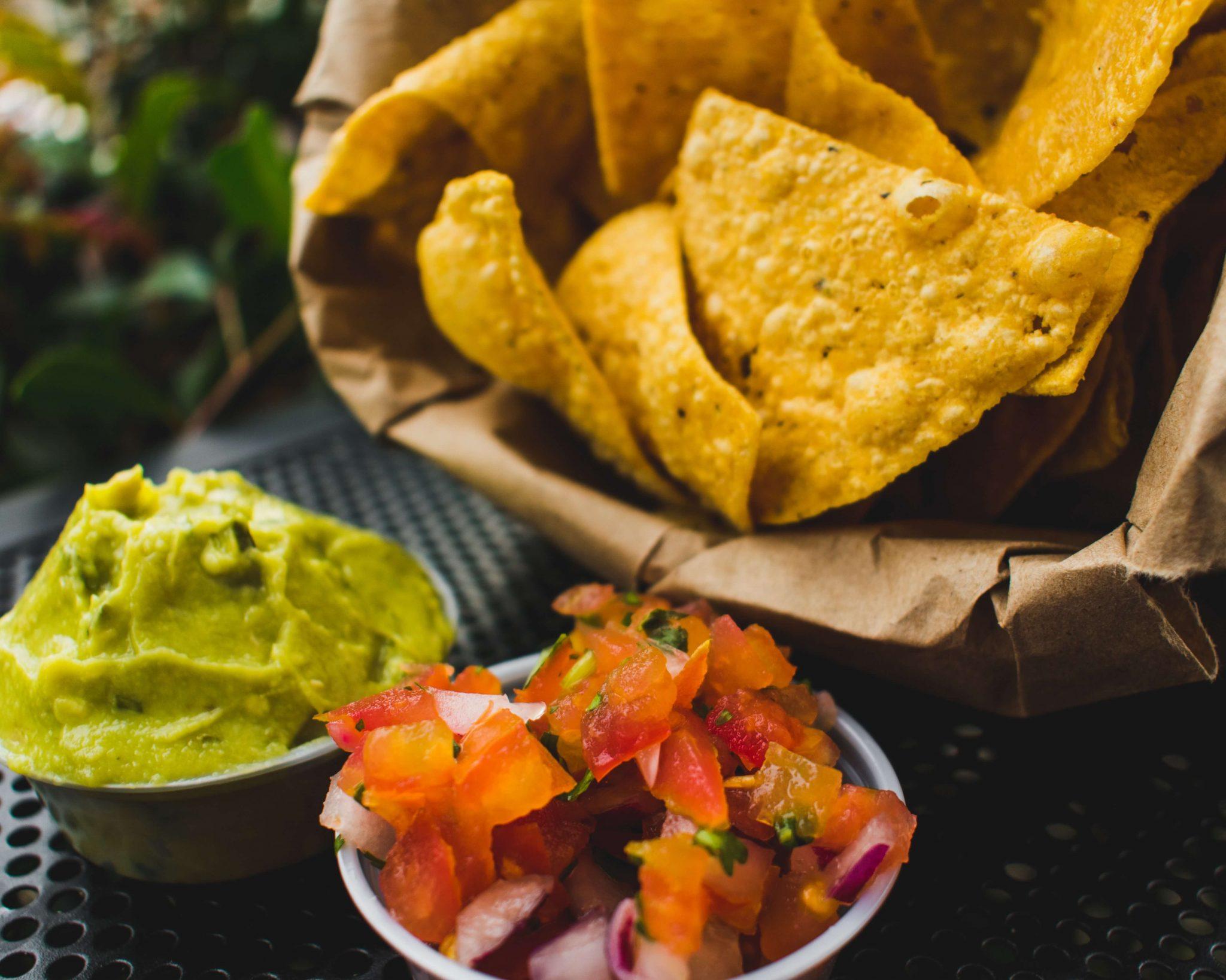 Ricette dal mondo: nachos messicani con pomodorini rossi e guacamole.