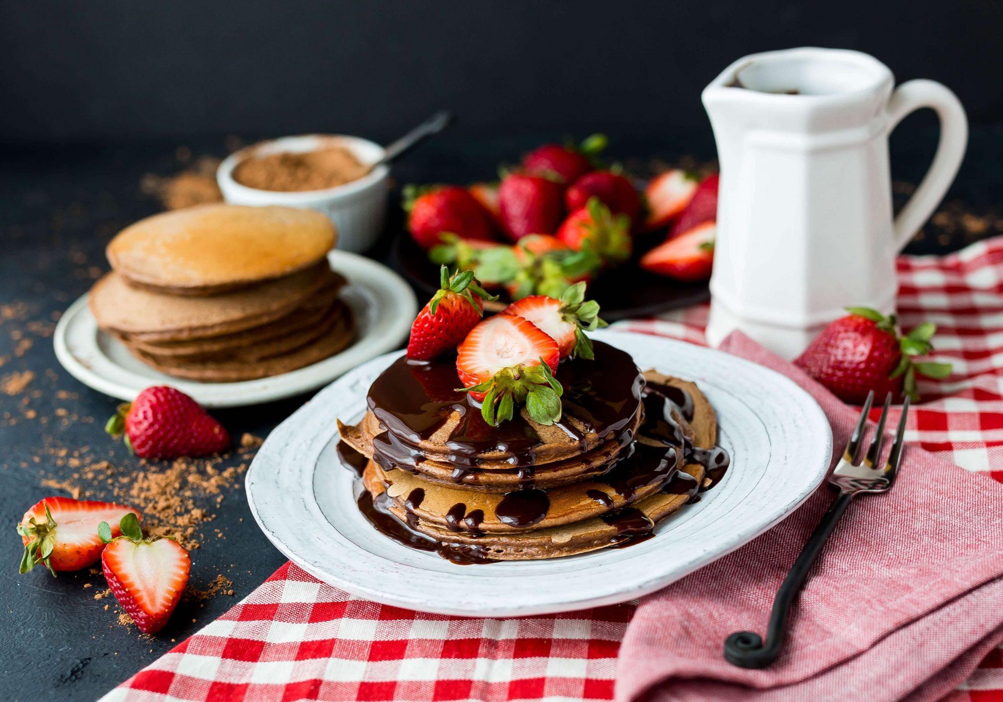 Pancakes dolci americani con fragole e cioccolato