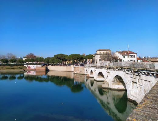 Ponte a cinque archi in pietra d'Istria che sovrasta il fiume Marecchia collegando Rimini a Borgo San Giuliano