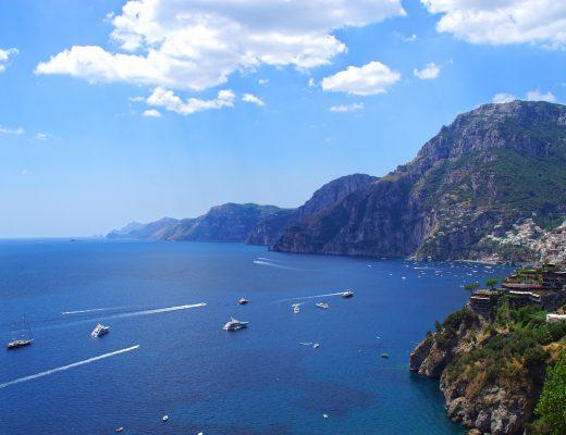 Veduta da Praiano con le bianche case arroccate di Positano, l'isola dei Galli e Capri.