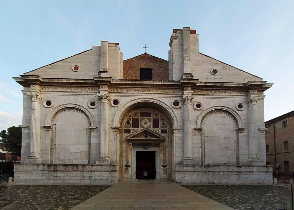 Cosa vedere a Rimini: Tempio Malatestiano, una vecchia chiesa medioevale ricoperta di colonne e archi di marmo bianco.