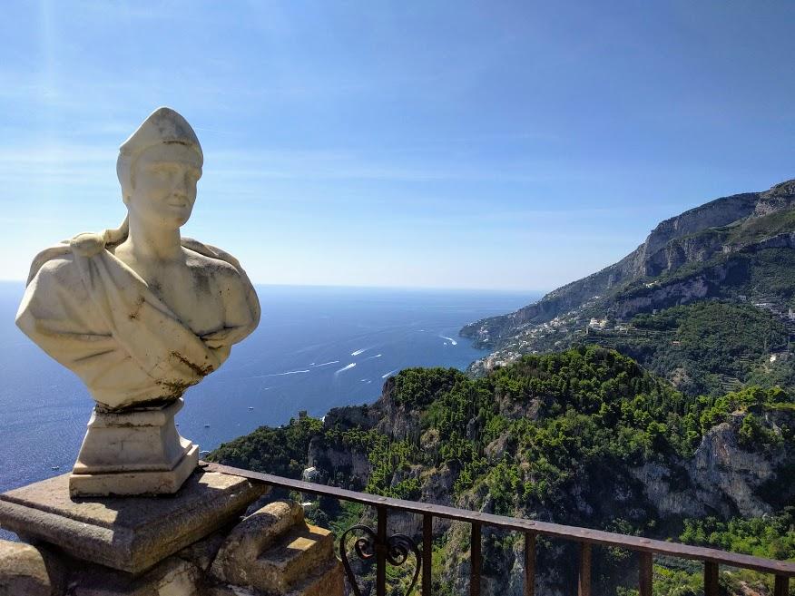 Busto in marmo su balcone con vista sulla Costiera Amalfitana a Villa Cimbrone di Ravello