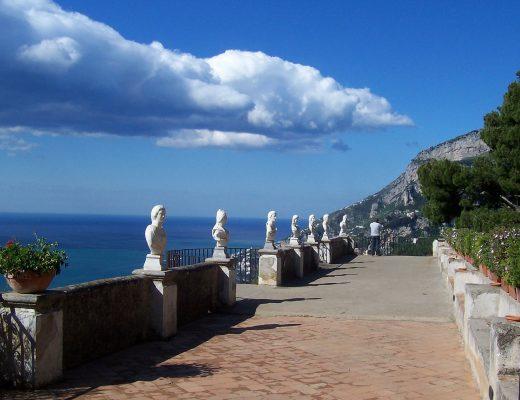Belvedere con statue di marmo di Villa Cimbrone a Ravello