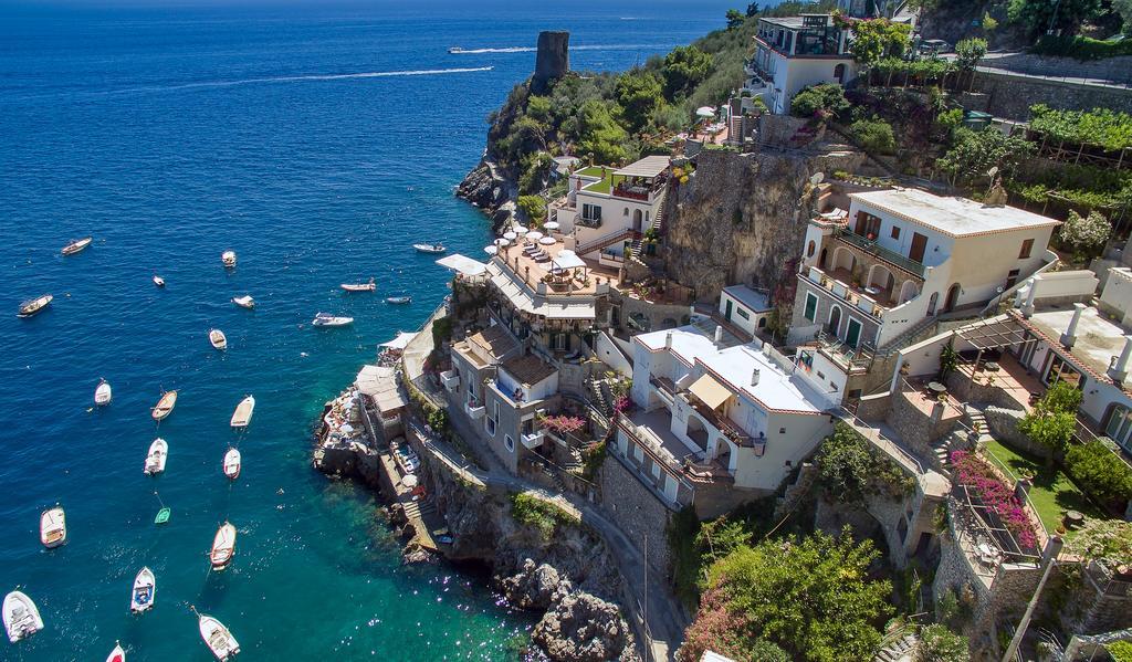 Pittoresco Hotel incastonato sulla roccia con vista mare