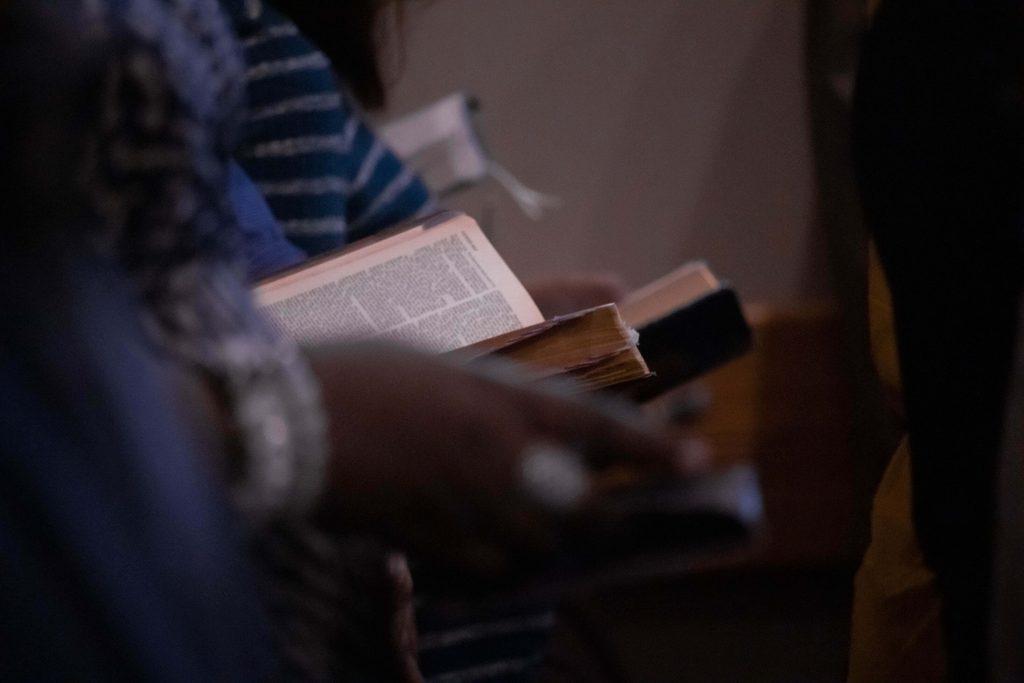 due persone che leggono libri religiosi