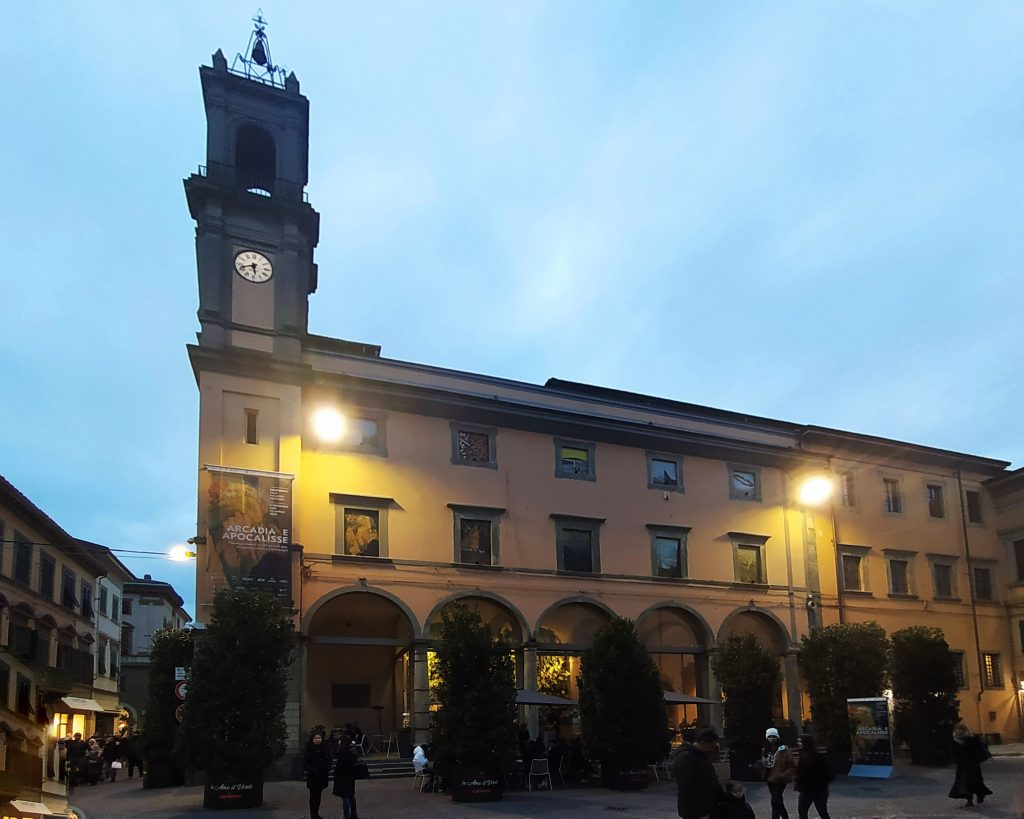 Palazzo con campanile e tre piani di cui il piano terra fatto a loggiato con archi