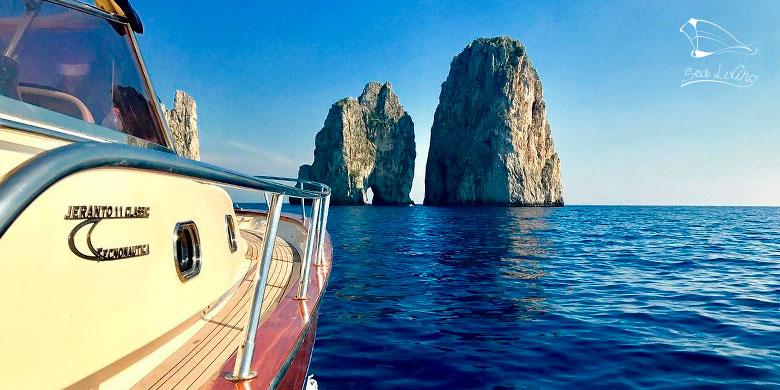 Barca privata ormeggiata nei pressi dei Faraglioni di Capri