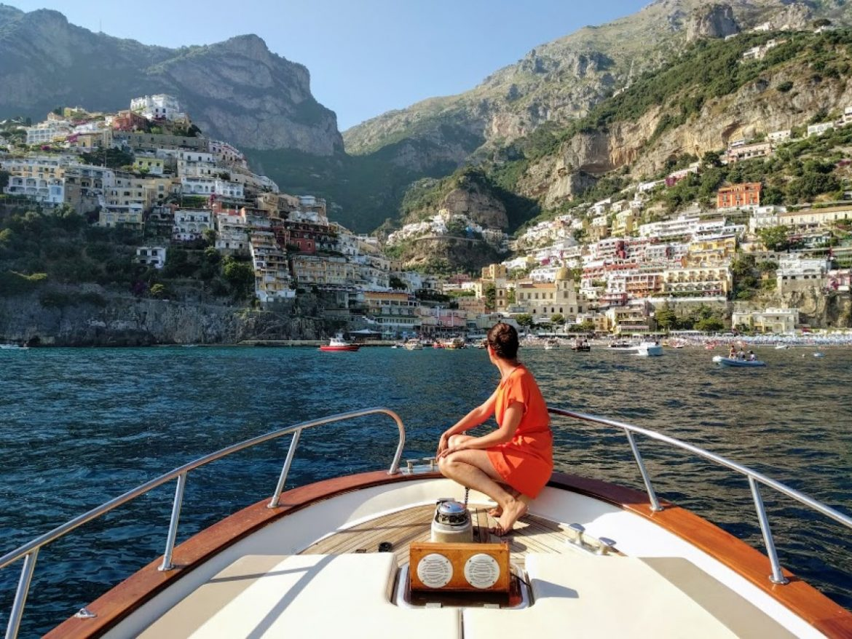 tour in barca in costiera amalfitana con Positano e le case colorate arroccate una all'altra di sfondo