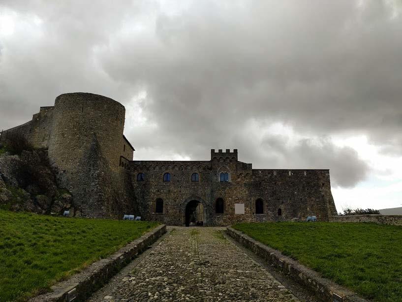 Vedere il Castello di Bovino in Puglia sui Monti Dauni