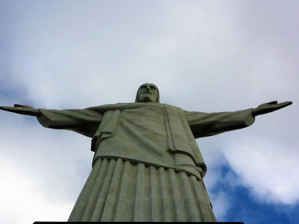 Statua bianca del Cristo Redentore in Brasile che son le sua braccia aperte è stato selezionato tra le sette meraviglie del mondo moderno.