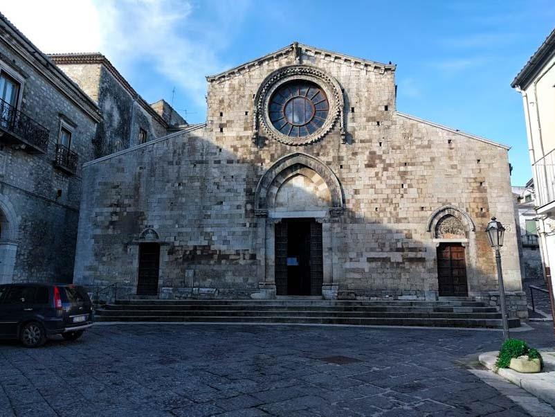 Cosa vedere a Bovino: il Duomo con rosone centrale