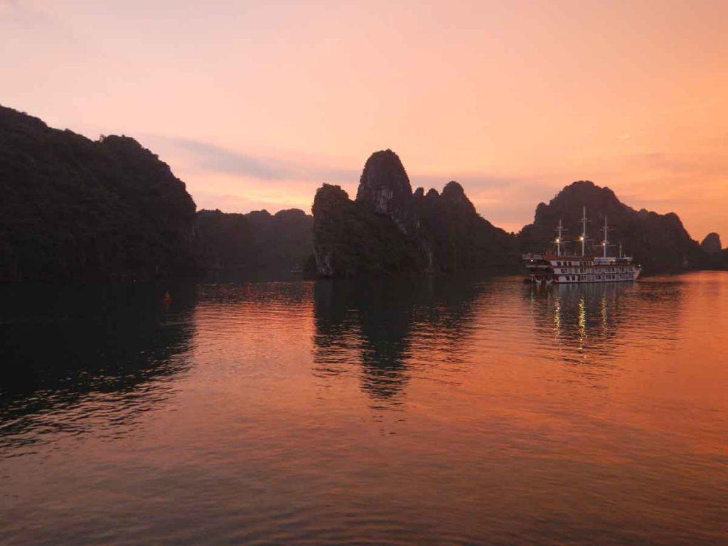 Ha long Bay Vietnam sette meraviglie del mondo naturale