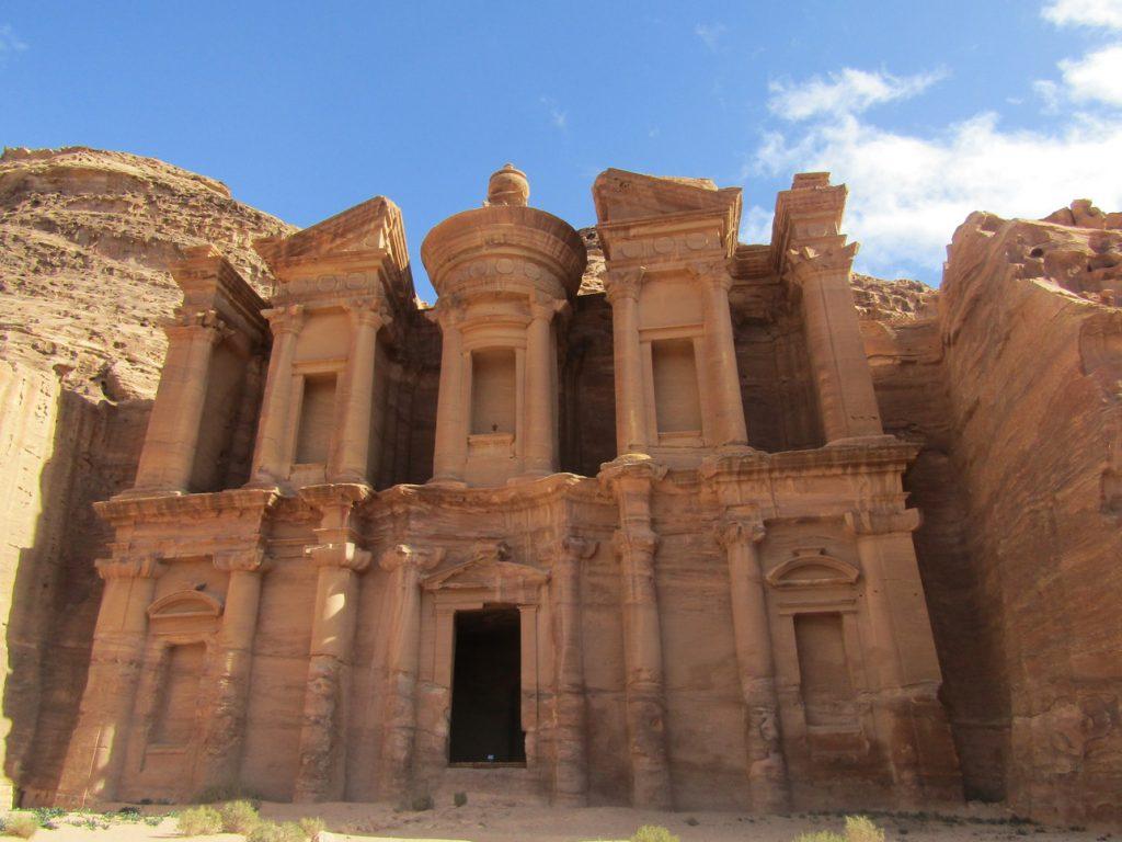 Il Monastero di Petra scavato interamente nella roccia rossa
