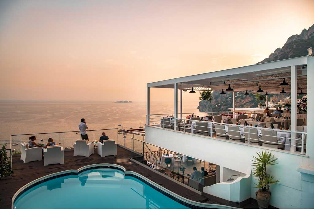 Eden Roc Positano: Terrazza ristorante e piscina vista mare al tramonto a Positano