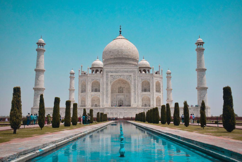 La tomba del Taj Mahal in India, fatta di marmo bianco intarsiato da ghirlande di fiori e foglie. Una delle sette meraviglie del mondo moderno
