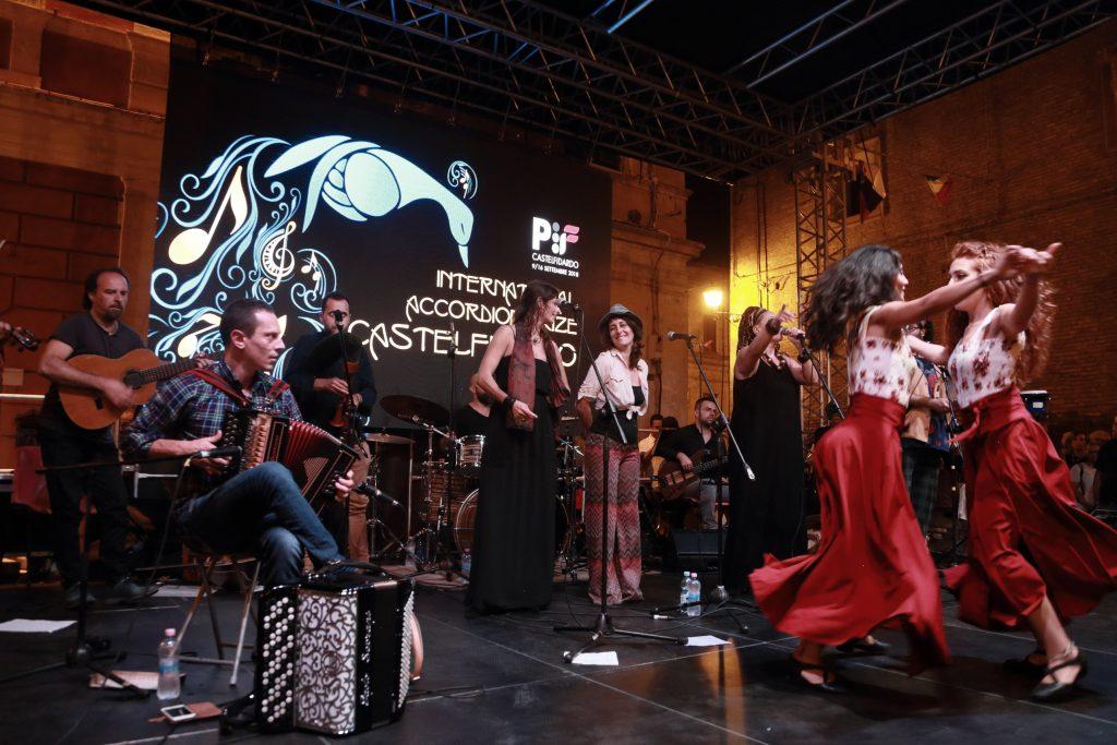 Esibizione dal vivo dell'Orchestra Popolare del Saltarello abruzzese con canti e balli della tradizione folkloristici rivisitati in chiave moderna.