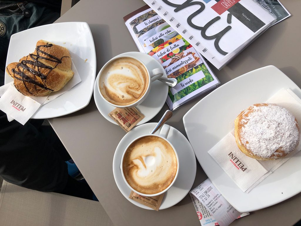 Cornetto e cappuccino per colazione in Val di Fassa presso il Bar Pasticceria  Ladin di Canazei