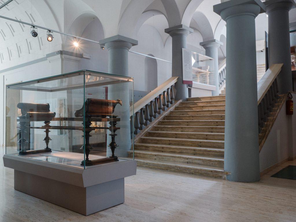 Suppellettili storiche all'interno del  Museo archeologico nazionale d'Abruzzo di Villa Frigeri a Chieti.