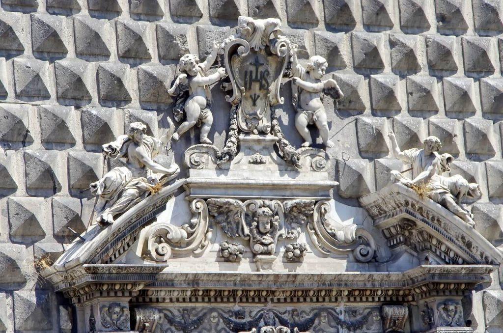 Dettaglio delle bugne e dell'arco barocco del portone d'ingresso di Chiesa del Gesù Nuovo a Napoli
