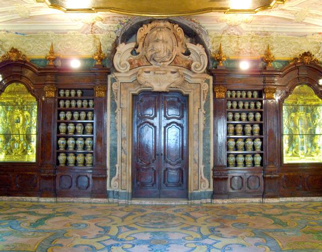 Farmacia degli Incurabili tra i set di Napoli velata