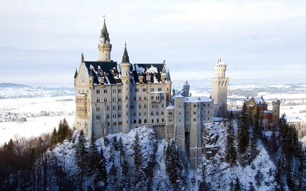 Il castello di Neuschwanstein con la neve.