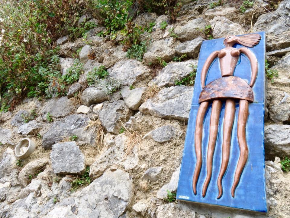 Una delle Janare di Enzo Caruso lungo l'itinerario #4 Naturarte - Crediti foto: Ufficio Informazioni Turistiche di Praiano
