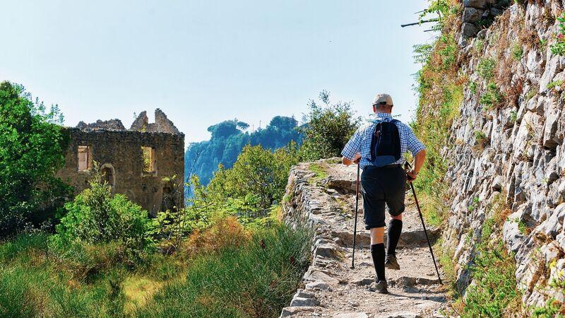 Avere la giusta attrezzatura aiuta a percorrere il sentiero degli Dei con più facilità