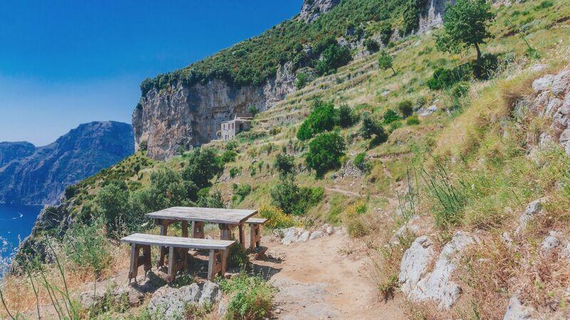Alcune delle panche con tavolo presenti lungo il percorso. Perfette per fare uno spuntino e mangiare qualcosa sul sentiero degli Dei ammirando il panorama!