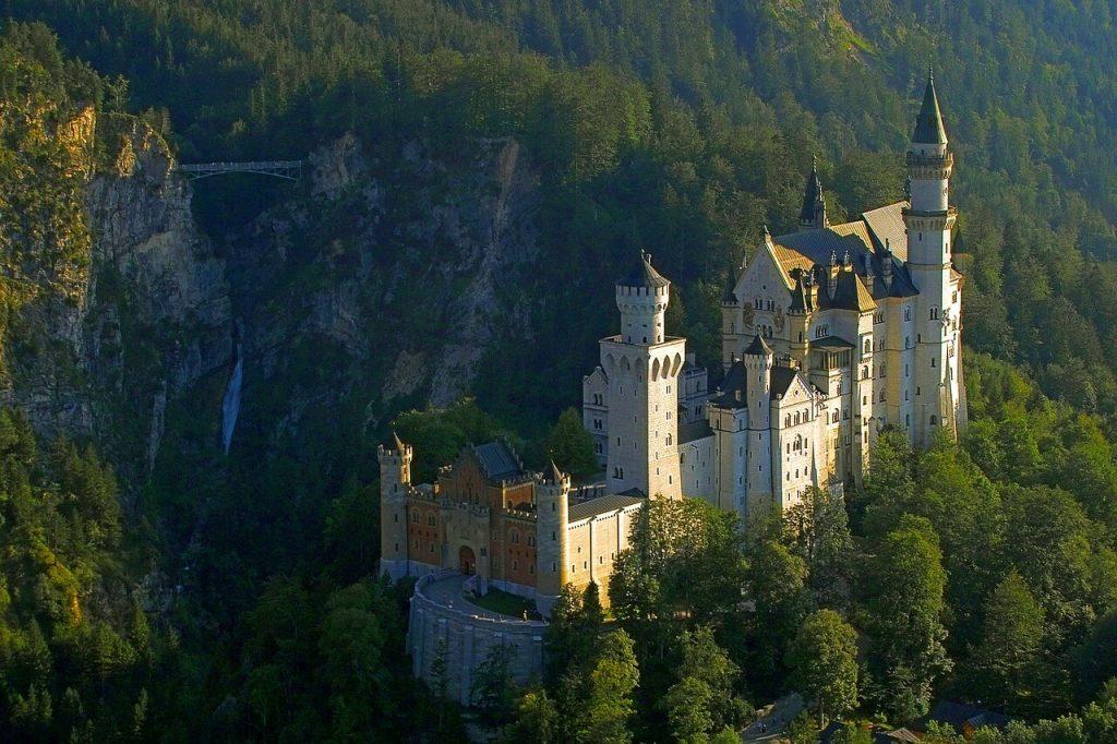 Il castello di Neuschwanstein con il Marienbrücke in lontananza