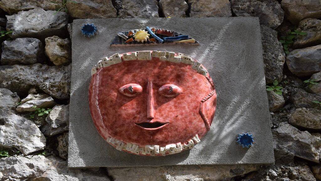 Una delle maschere ad opera di Patrizia Marchi lungo l'itinerario 3 Naturarte - Crediti foto: Ufficio Informazioni Turistiche di Praiano